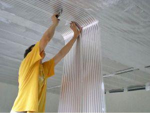 Пленочные элементы крепят к потолку с помощью степлера