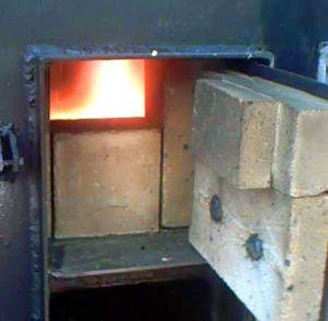 Высокую температуру горения пиролизного газа может выдержать только огнеупорный кирпич