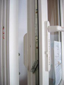 клапан на приоткрытой створке окна