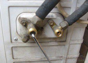 жидкостный и газовый краны, соответственно, справа и слева