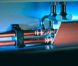 Пример надежной и эстетически привлекательной плинтусной разводки труб водяного отопления