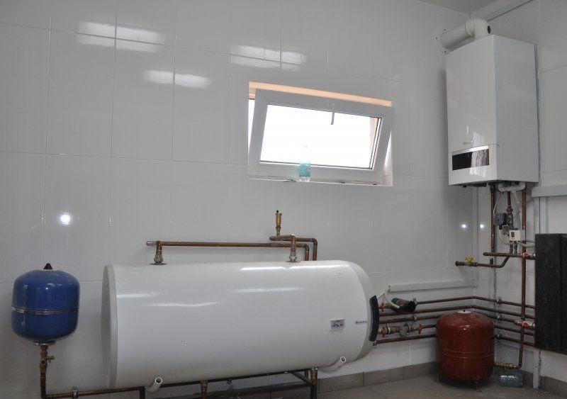 Установленный водонагреватель в котельной