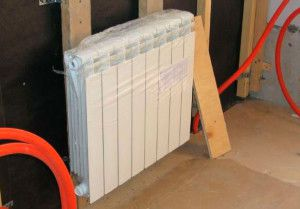 При креплении радиатора на деревянную стену нужно учитывать возможность ее усадки