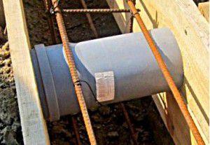 крепление пластиковых труб в опалубке фундамента