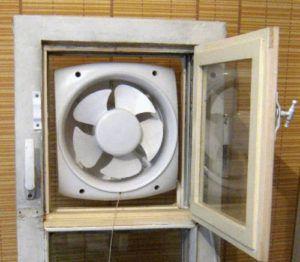Оконный вентилятор, размещенный в форточке