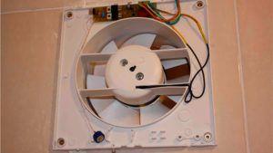 Процесс установки вентилятора в ванной