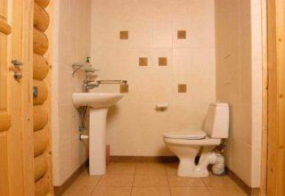 Как построить туалет в частном доме с канализацией или без нее
