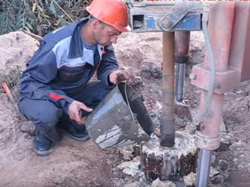 Тампонировать цементным раствором монолитные стены с керамзитобетона