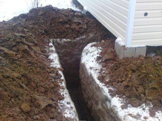 Как проложить кабель под землей на даче