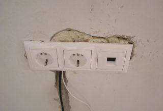 Как установить розетки в кирпичную стену