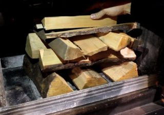 Как правильно топить печь дровами