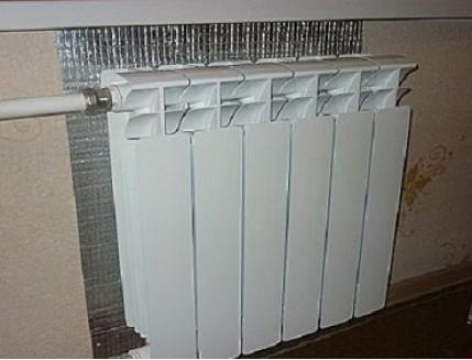 Экономлю на отоплении: как я сделал теплоотражающий экран за радиатором